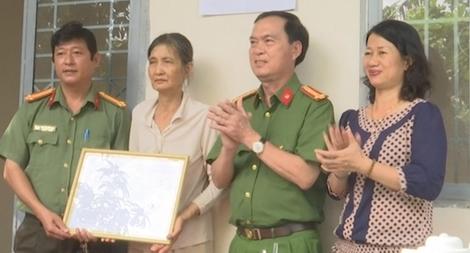 Công an TP Cần Thơ tặng nhà Đại đoàn kết tại huyện Cờ Đỏ