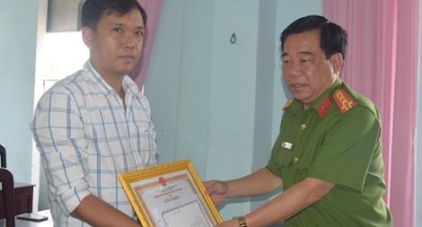 Khen thưởng Đại úy Công an và BVDP bị thương trong khi truy bắt tội phạm