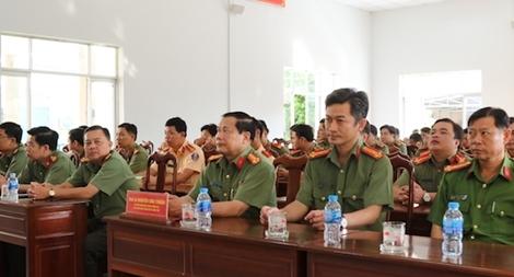 Công an TP Cần Thơ tập huấn điều lệnh, quân sự, võ thuật