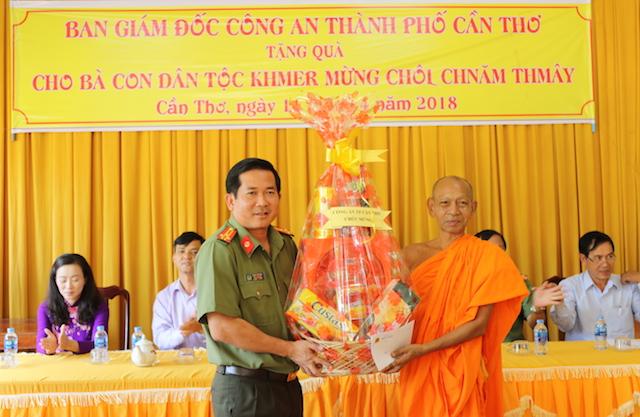 Công an Cần Thơ tặng quà cho người dân Ô Môn, Cờ Đỏ và Thới Lai