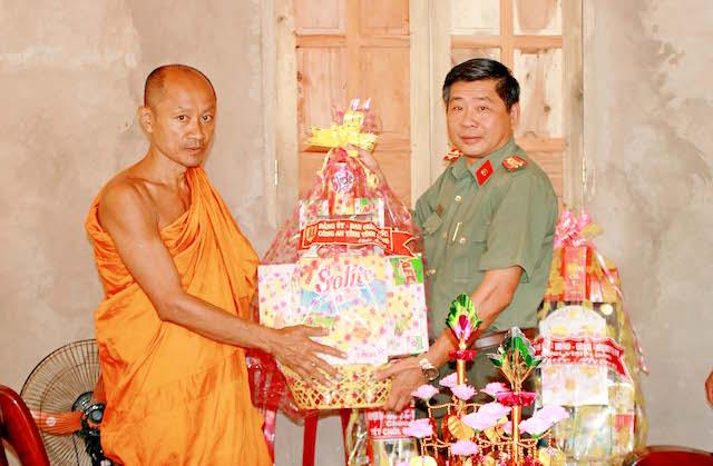 Công an tỉnh Vĩnh Long thăm và chúc tết cổ truyền Chol Chnam Thmay