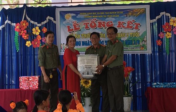 Công an TP Cần Thơ, Đồng Tháp tặng quà cho học sinh nghèo