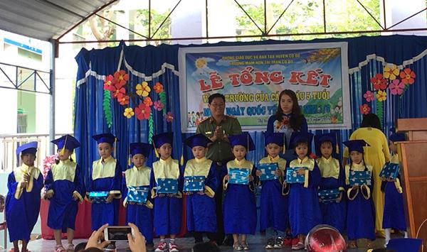 Công an TP Cần Thơ, Đồng Tháp tặng quà cho học sinh nghèo - Ảnh minh hoạ 2