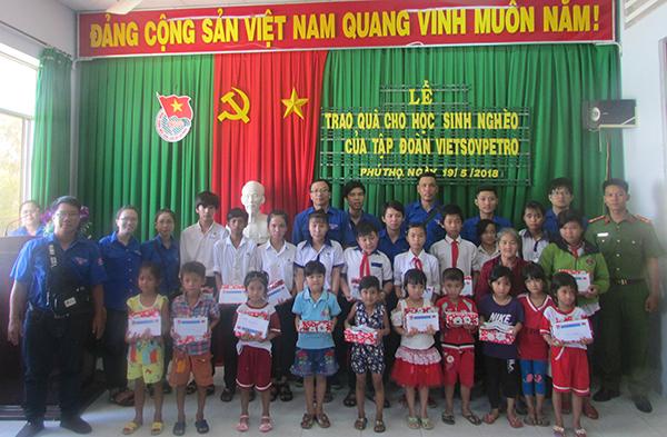 Công an TP Cần Thơ, Đồng Tháp tặng quà cho học sinh nghèo - Ảnh minh hoạ 3