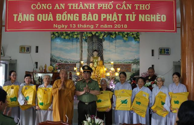 Công an TP Cần Thơ tặng quà cho phật tử Trường hạ Phước Long Cổ Tự
