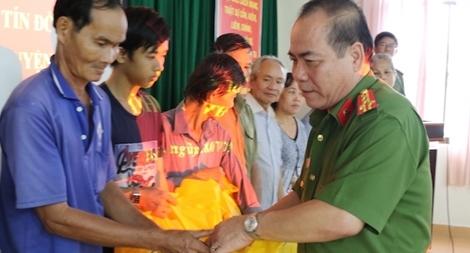 Công an TP Cần Thơ trao tặng 200 phần quà cho các hộ nghèo