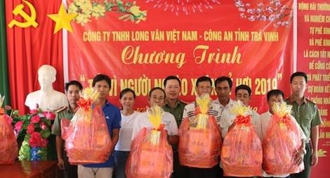 Công an Trà Vinh trao 100 phần quà Tết tặng người nghèo