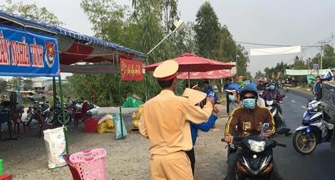 """CSGT lập """"Trạm dừng chân nghĩa tình"""" hỗ trợ người dân về quê ăn Tết"""