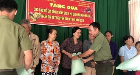 Công an Cần Thơ - Trà Vinh thăm, tặng quà cho gia đình chính sách, Mẹ VNAH