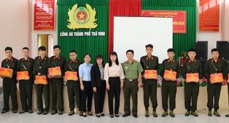 Công an TP Trà Vinh tặng sổ tiết kiệm cho công dân trúng tuyển nghĩa vụ