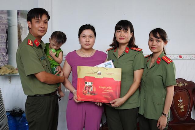 Công an Trà Vinh thăm và tặng quà cho các gia đình khó khăn