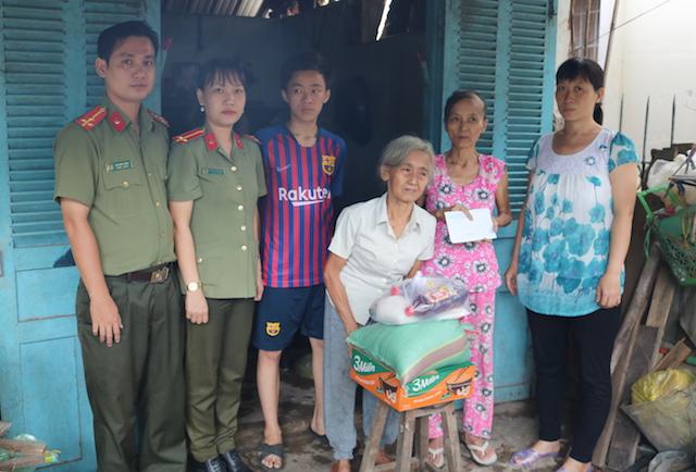 Công an Trà Vinh thăm và tặng quà cho các gia đình khó khăn - Ảnh minh hoạ 2