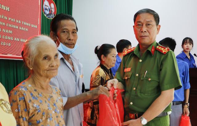 Công an TP Cần Thơ khám bệnh, cấp phát thuốc và tặng quà cho người dân