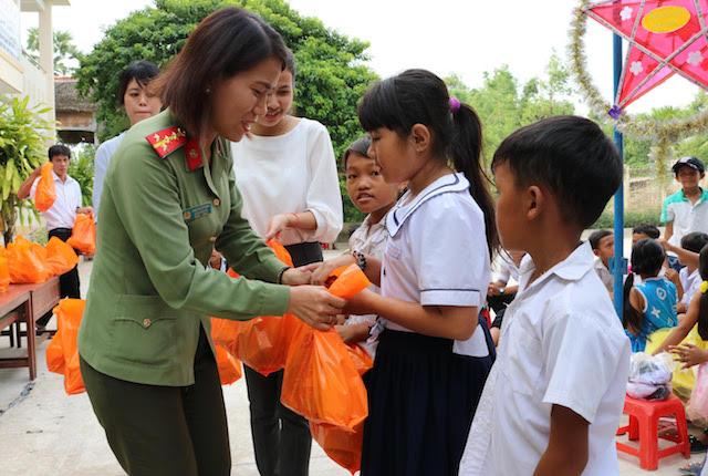 Công an Trà Vinh, Cần Thơ tặng quà, tổ chức trung thu cho học sinh