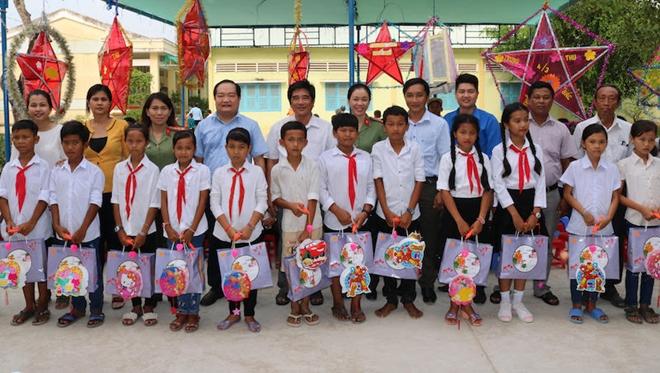 Công an Trà Vinh, Cần Thơ tặng quà, tổ chức trung thu cho học sinh - Ảnh minh hoạ 2