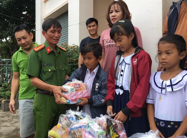 Công an Trà Vinh tặng quà học sinh nghèo hiếu học - Ảnh minh hoạ 3