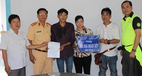 Phòng CSGT Công an tỉnh Trà Vinh tặng nhà đại đoàn kết