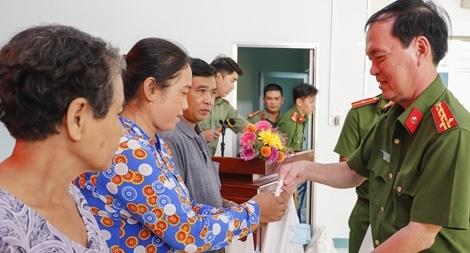Công an TP Cần Thơ trao 400 phần quà tặng người nghèo, gia đình chính sách