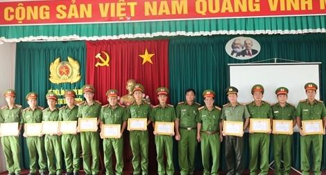 Công an Trà Vinh trao khen 14 cán bộ, chiến sĩ Công an quận Thốt Nốt
