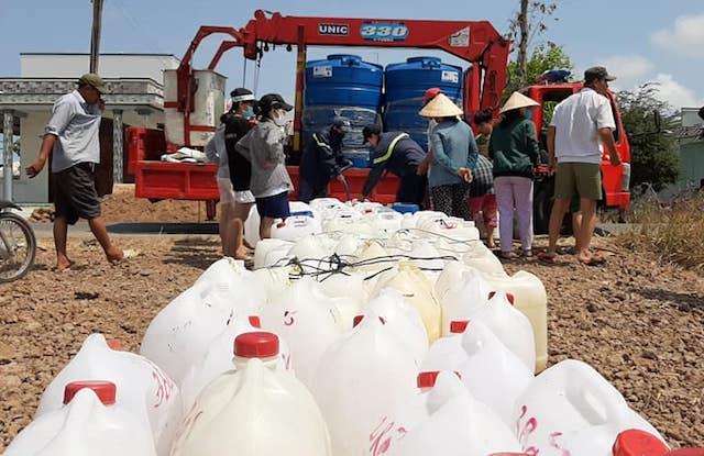 Công an Tiền Giang bơm nước ngọt đến tận nhà dân ở Gò Công Đông