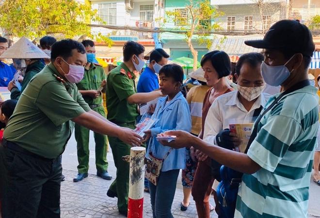 Công an TP Cần Thơ tặng 1.000 khẩu trang cho người dân - Ảnh minh hoạ 2