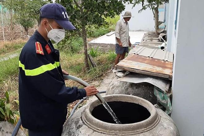Công an Tiền Giang bơm nước ngọt đến tận nhà dân ở Gò Công Đông - Ảnh minh hoạ 4