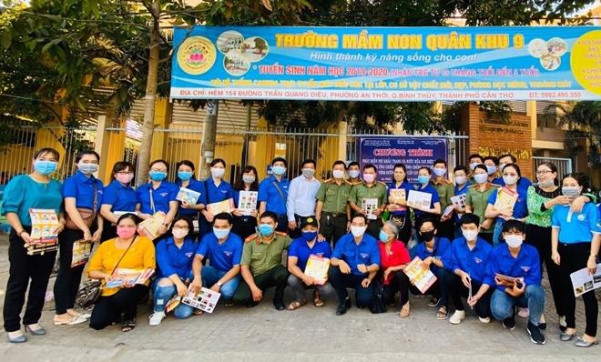 Công an TP Cần Thơ tặng 1.000 khẩu trang cho người dân