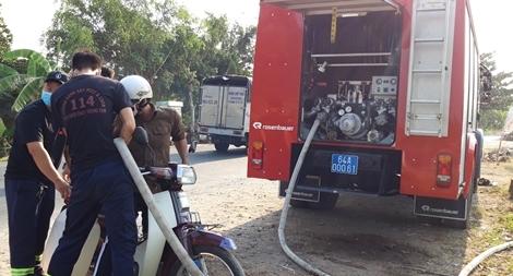 Công an Vĩnh Long điều xe chữa cháy cấp nước sạch cho người dân vùng hạn mặn