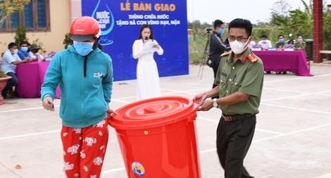 Trao 150 thùng chứa nước ngọt tặng người dân vùng hạn mặn Tiền Giang