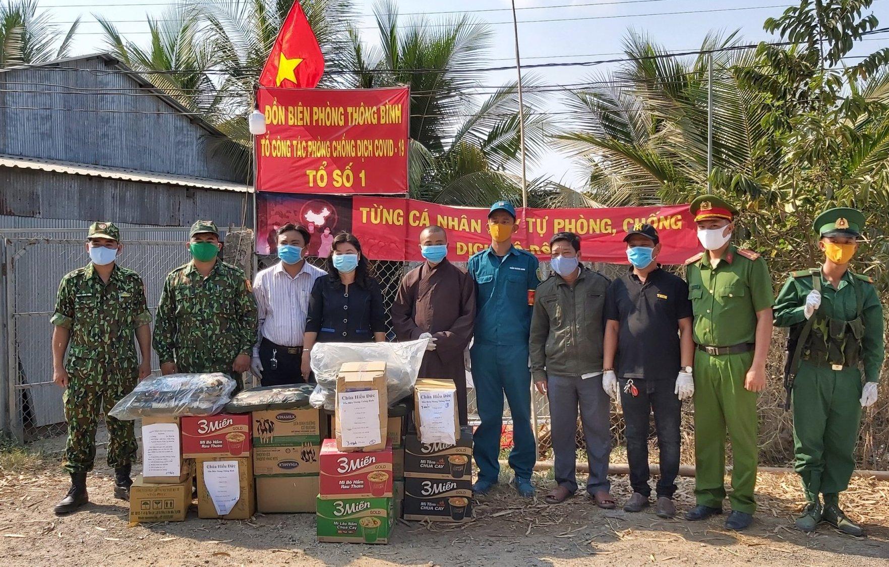 Trao tặng 10.000 khẩu trang cho lực lượng tuyến đầu chống dịch COVID-19
