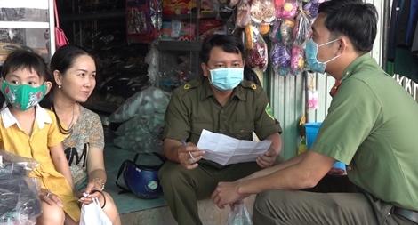 Công an huyện Tam Nông phát khẩu trang cho người dân