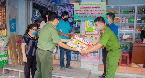 Công an tỉnh Vĩnh Long tặng quà cho người bán vé số