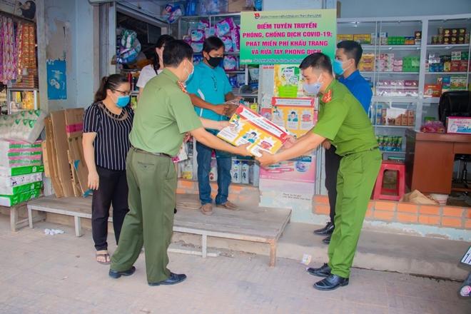 Công an tỉnh Vĩnh Long tặng quà cho người bán vé số - Ảnh minh hoạ 2