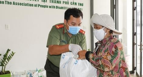 Đoàn Thanh niên Công an TP Cần Thơ tặng 1 tấn gạo cho người khuyết tật