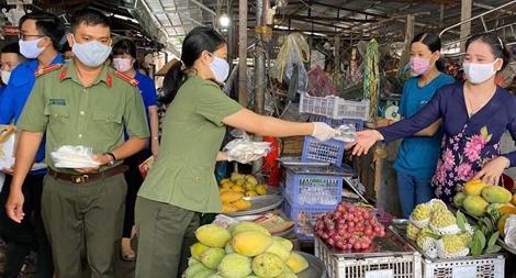 Công an TP Cần Thơ tặng 2.000 khẩu trang cho người dân