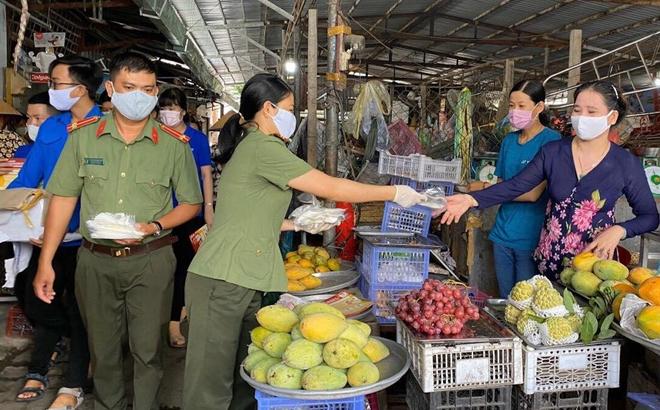 Công an TP Cần Thơ tặng 2.000 khẩu trang cho người dân - Ảnh minh hoạ 2