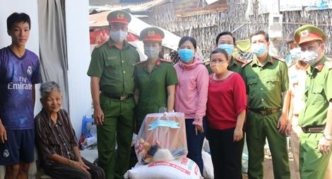 Công an TP Trà Vinh tặng quà cho người dân nghèo ảnh hưởng bởi dịch Covid-19