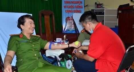 Công an các tỉnh Đồng Tháp, Tiền Giang tham gia hiến máu tình nguyện