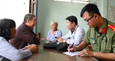 Công an Trà Vinh khám bệnh, cấp thuốc miễn phí cho các cụ ở nhà dưỡng lão