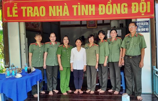 Công an tỉnh Đồng Tháp trao nhà tình đồng đội