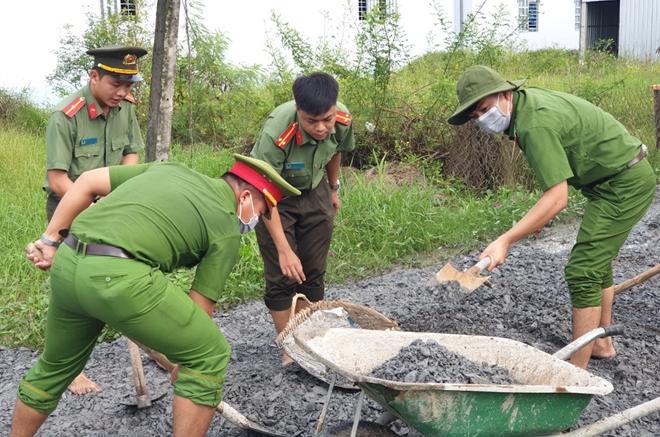 Công an huyện Gò Công Đông dặm vá đường nông thôn, phục vụ nhân dân - Ảnh minh hoạ 5