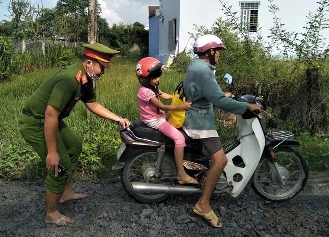 Công an huyện Gò Công Đông dặm vá đường nông thôn, phục vụ nhân dân - Ảnh minh hoạ 2