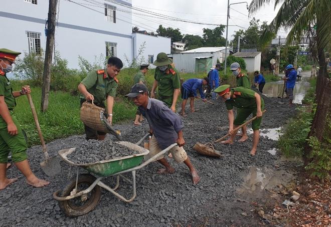 Công an huyện Gò Công Đông dặm vá đường nông thôn, phục vụ nhân dân