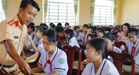 CSGT Cần Thơ tuyên truyền luật và tặng quà cho học sinh
