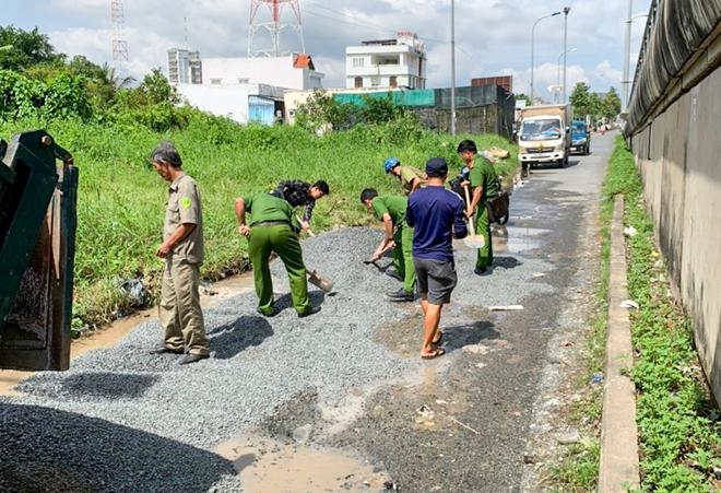 Công an TP Cần Thơ giúp dân dặm vá đường trong mùa mưa bão - Ảnh minh hoạ 3