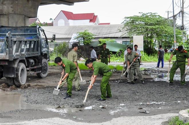 Công an TP Cần Thơ giúp dân dặm vá đường trong mùa mưa bão - Ảnh minh hoạ 2