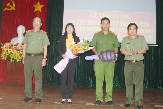 Công an tỉnh An Giang trao ôtô cấp cứu người bị tai nạn giao thông