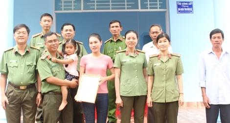 Công an Trà Vinh trao tặng 4 căn nhà nghĩa tình đồng đội