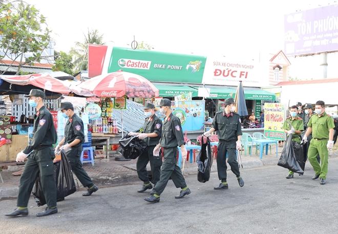 Công an TP Cần Thơ ra quân vệ sinh môi trường, tặng quà Tết cho người nghèo