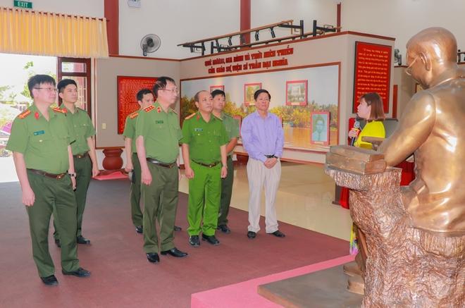 Thứ trưởng Nguyễn Văn Thành thắp hương tưởng niệm Giáo sư, viện sĩ Trần Đại Nghĩa - Ảnh minh hoạ 2